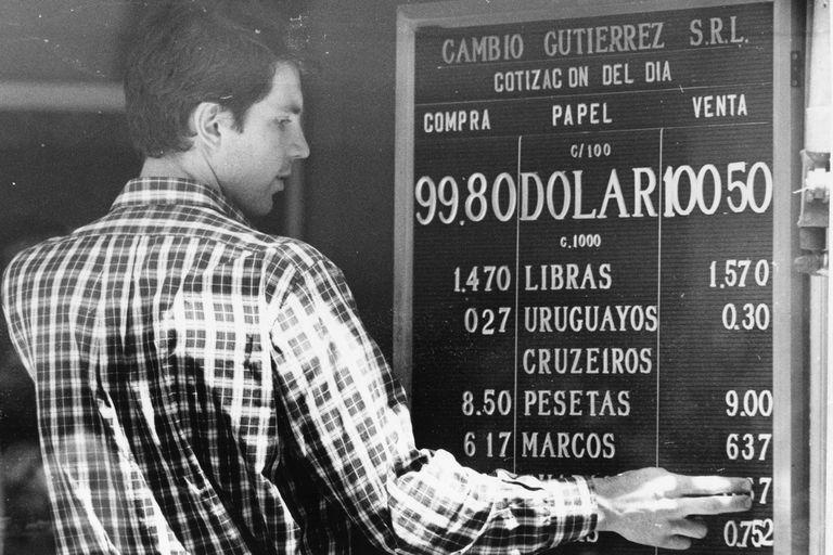 En marzo de 1990 tuvo lugar la última hiperinflación en la Argentina; el aumento de precios llegó a ser de 95,5% mensual, y en febrero el dólar había subido 207,4%.