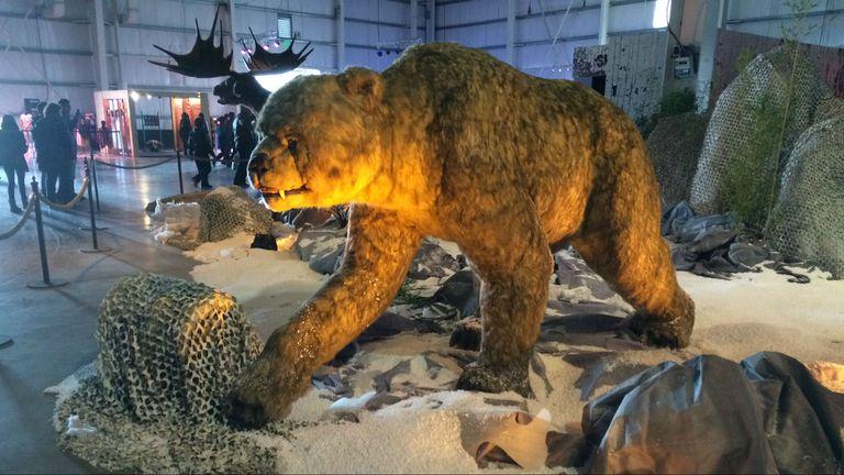 Uno oso del Pleistoceno animado logra asustar a los más chicos
