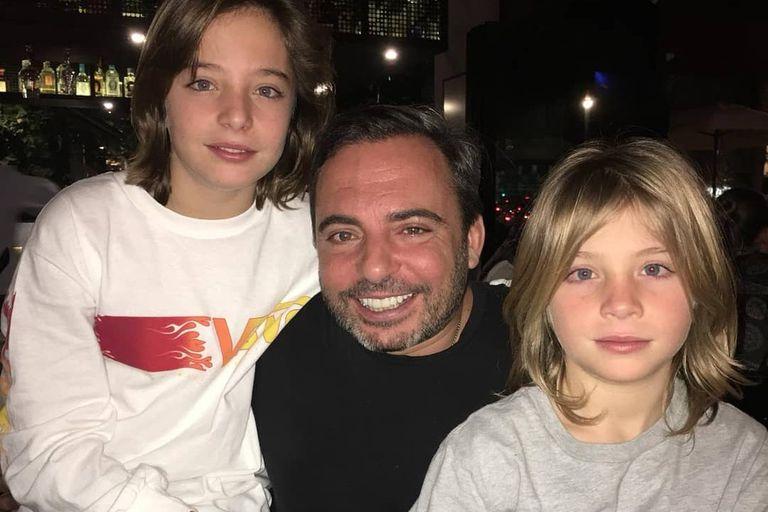 Axel con su hermano Izan, que interpretó a Luis Miguel niño en la primera temporada, y su papá, Marcos