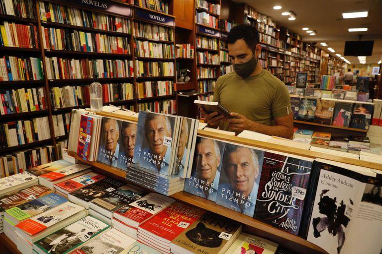 En las grandes cadenas, el libro del expresidente despertó interés  y se vende con reserva; librería El Ateneo de Florida 600