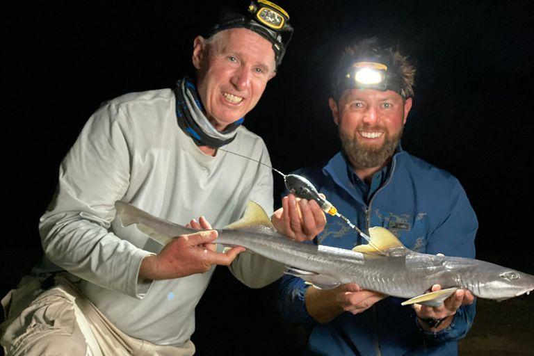 El documentalista y especialista marino Forest Galante tiene en sus manos un ejemplar de tollo dentiplano -luego lo devolverá al mar-, una especie de escualo que se consideraba desaparecida hace más de un siglo
