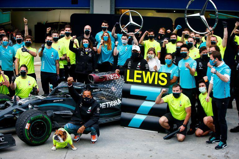 La séptima corona: Lewis Hamilton festeja el título junto al equipo Mercedes, luego de ganar el Gran Premio de Turquía 2020; el británico renovó contrato por una temporada, con el desafío de convertirse en el máximo campeón de la historia de la Fórmula 1