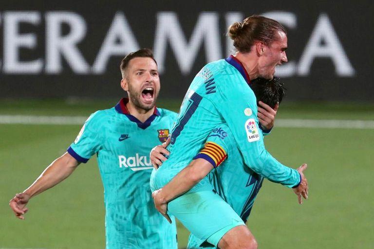 """La alegría de """"Grizi"""", a upa de Messi. Jordi Alba se suma al festejo. El golazo del francés cambió el ánimo en el club catalán."""