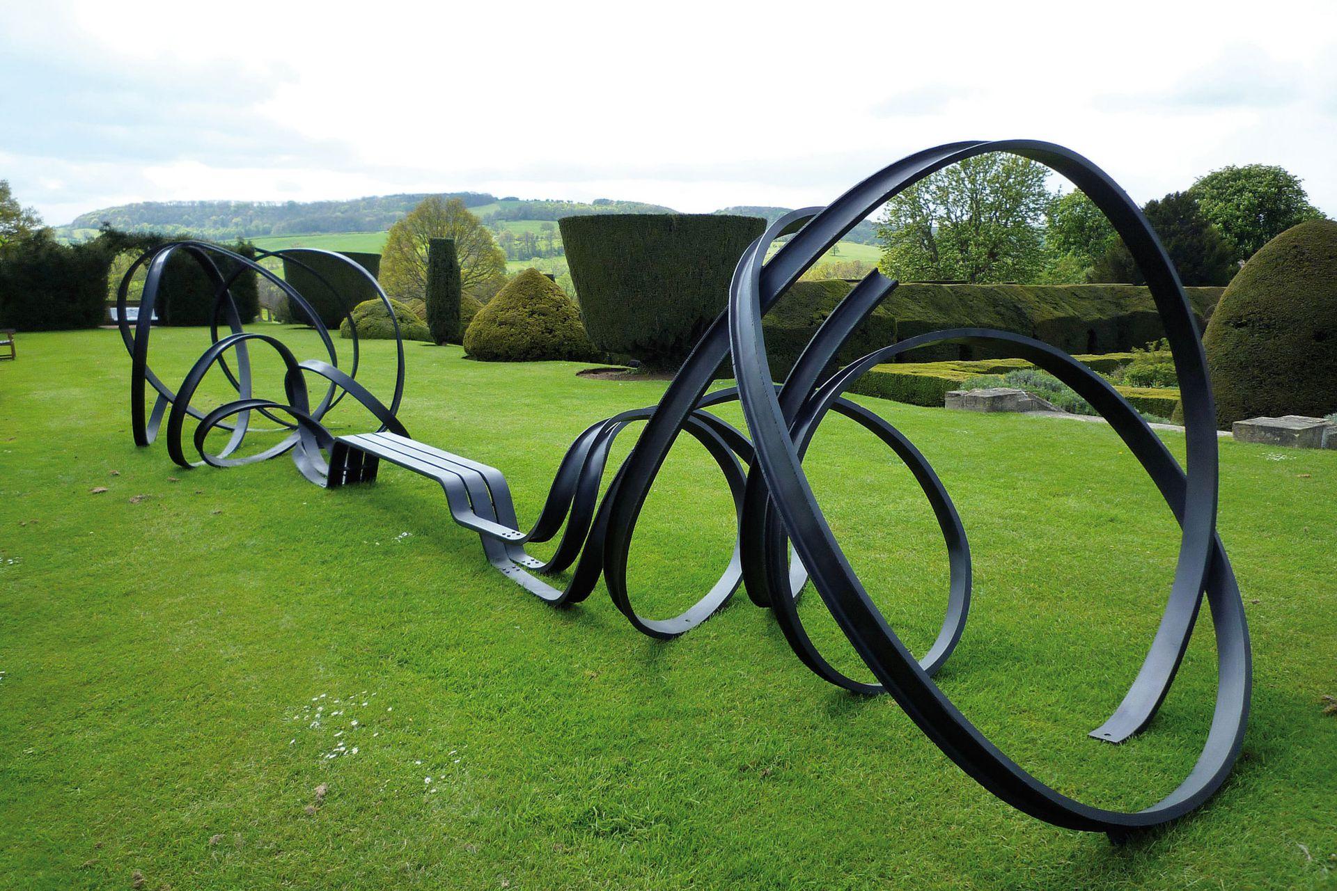 """""""Huge Sudeley Bench"""" en Sudeley Castle, Gloucestershire, Reino Unido, una obra de 2011 que contrasta con el jardín tan estructurado de la campiña inglesa"""