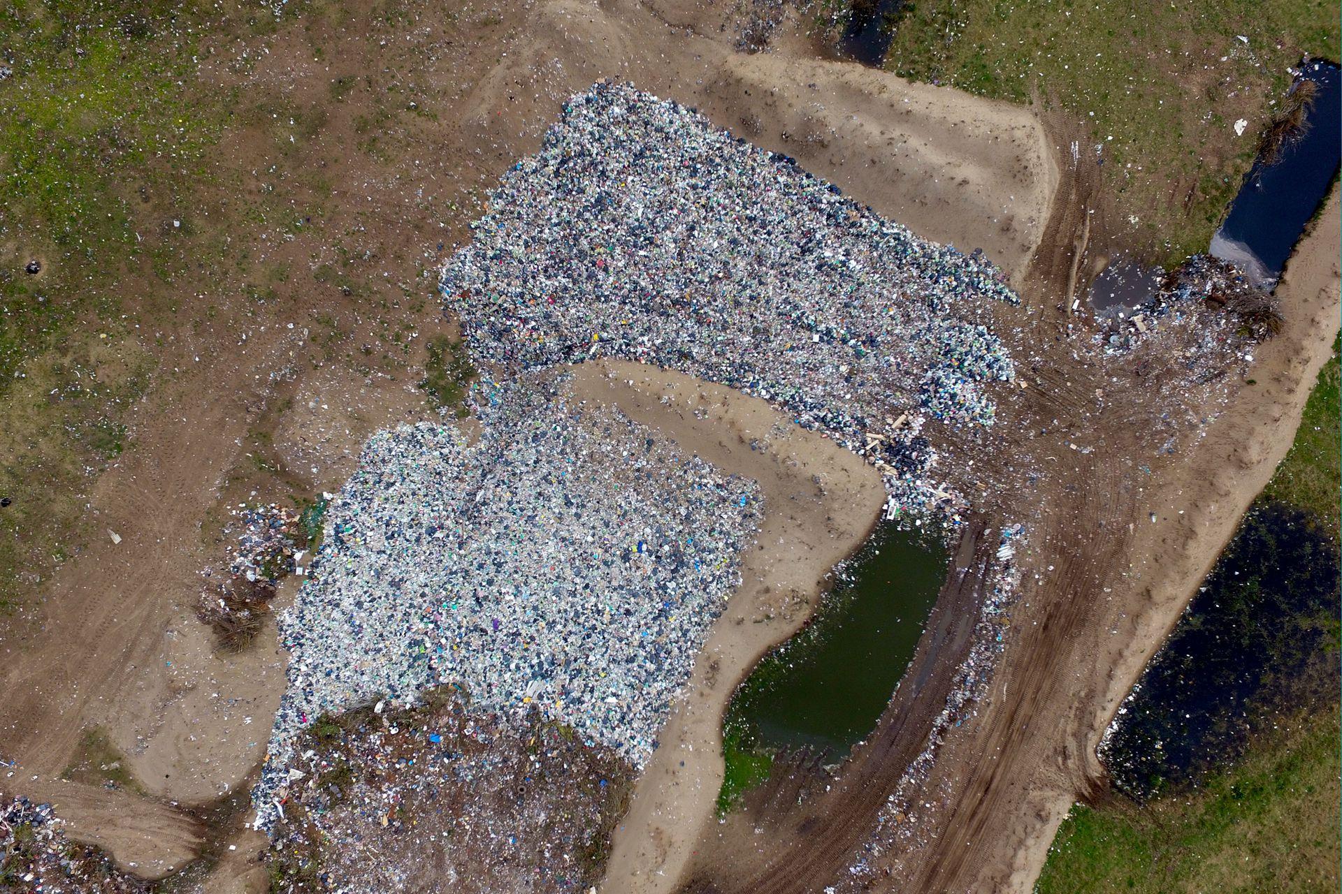 Toma aérea del basural a cielo abierto desde el dron de LA NACION