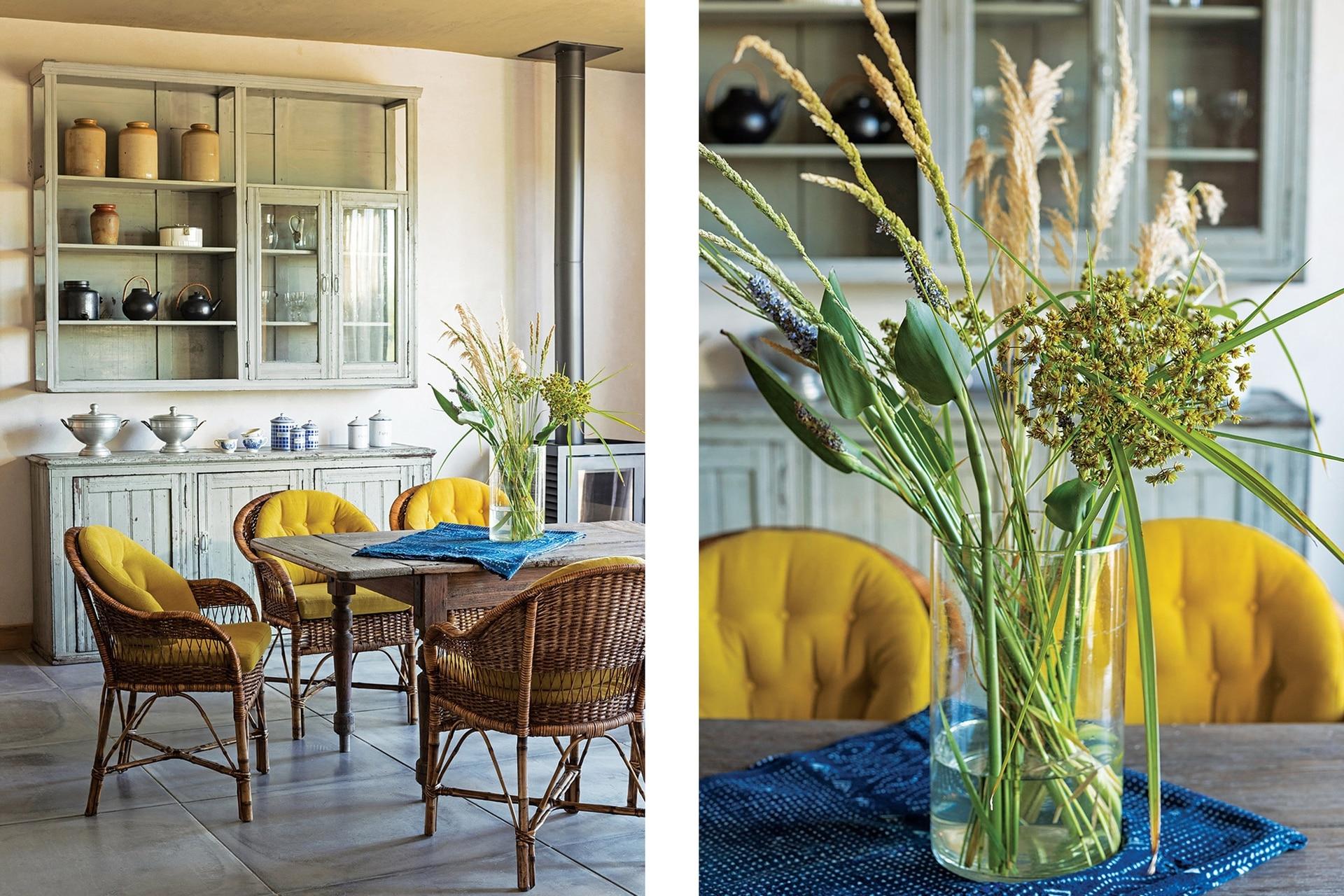 Vajillero (Pasado Imperfecto), mesa de madera (Mercado Don Toto) y sillones de mimbre tejido con almohadones amarillos (Cecilia Lagos).