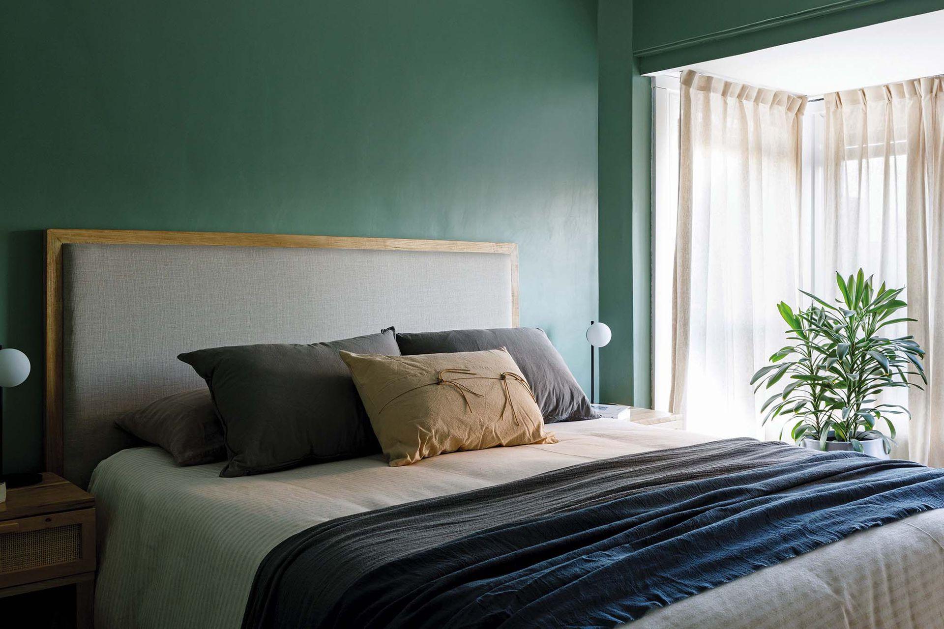 Ropa de cama, almohadas, almohadones, pie de cama (Lote Propio), manta (Josephine D).