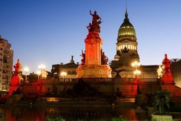 Por qué los lugares más emblemáticos de la Ciudad están iluminados de naranja