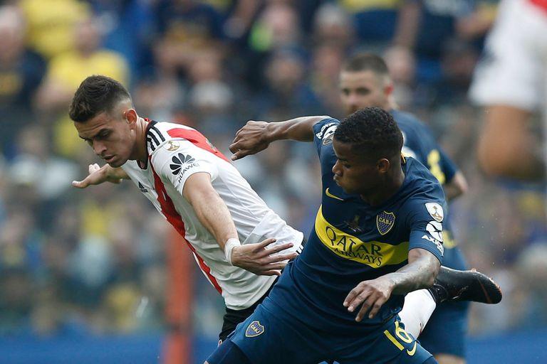 Wilmar Barrios marca a Santos Borré, de cerca mira Nahitan Nandez