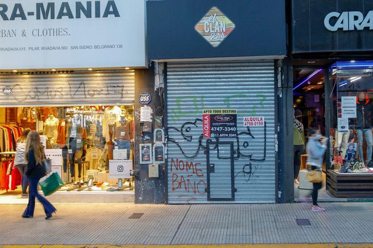 Locales sobre la calle Belgrano en el centro de San Isidro