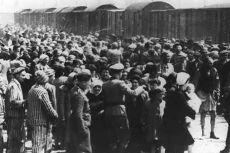 El descenso de los prisioneros en el campo de concentración era casi siempre caótico y significaba el final de la vida de muchos de los que recién llegaban al nefasto lugar