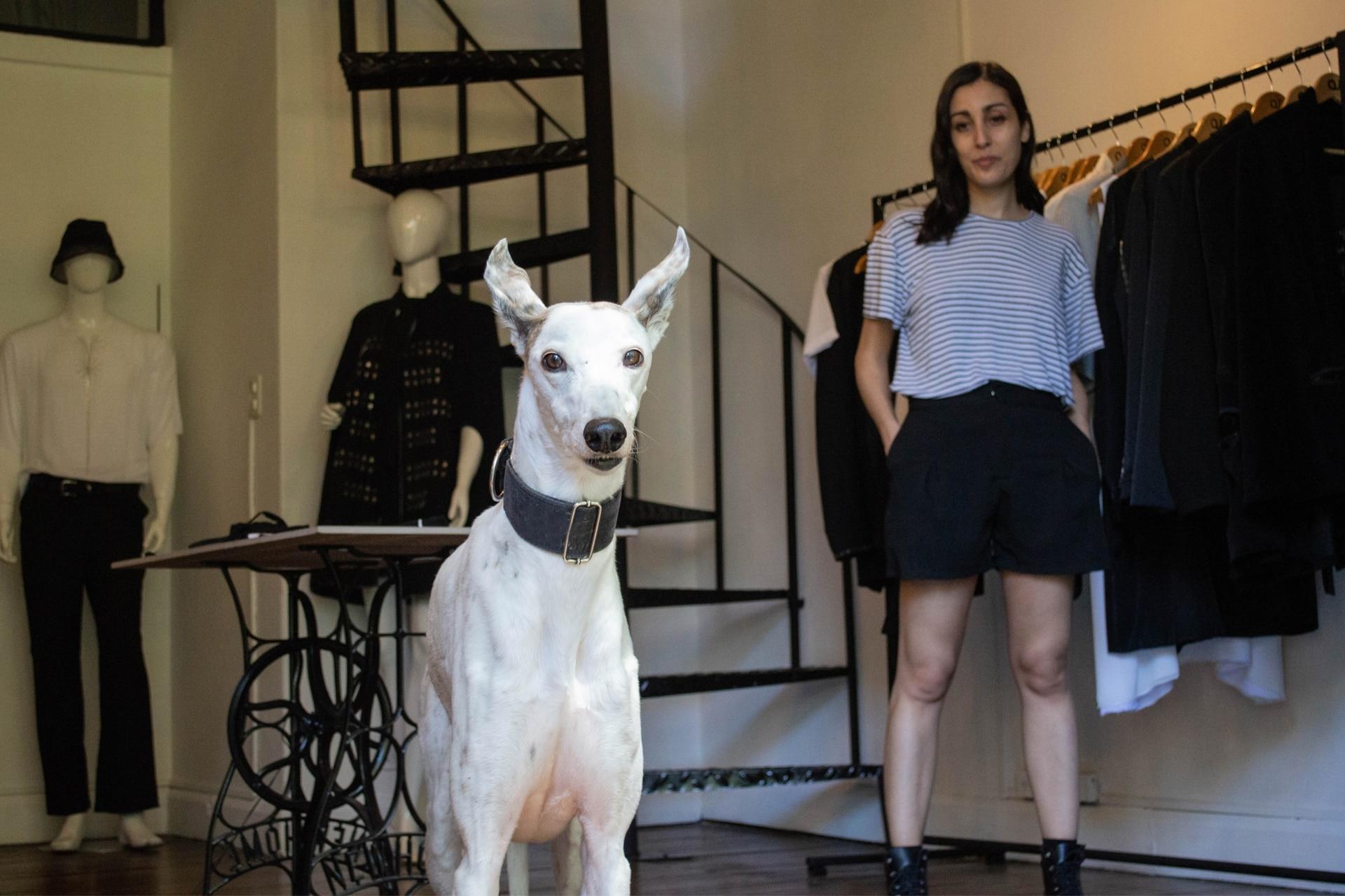 Charo y su humana la diseñadora de moda Andrea Urquizu tuvieron una conexión inmediata. Hoy son compañeras inseparables y hacen muchas actividades juntas.
