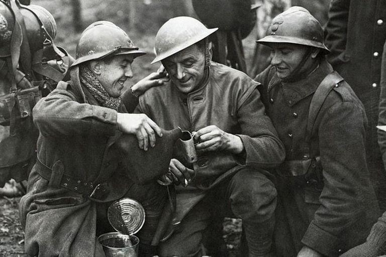 Los soldados utilizaban alcohol, opio o cocaína para evitar el cansancio y mejorar su desempeño en combate. En la foto, soldados británicos y franceses durante la Segunda Guerra Mundial.