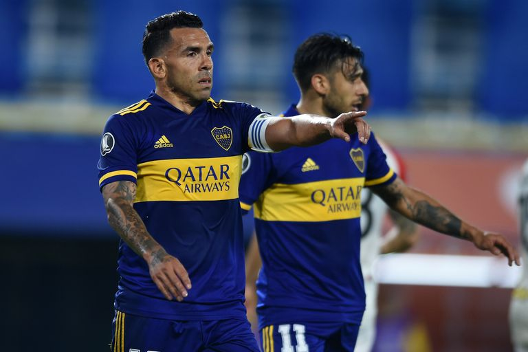 Tevez y Salvio, uno de los futbolistas con los que se entiende y tira paredes; el Toto lo asistió en la última fecha ante Newells, en Rosario
