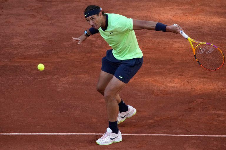 Rafael Nadal dominó el primer set de la semifinal de Roland Garros que disputa con Novak Djokovic.