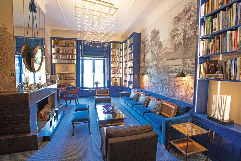 En la biblioteca, que tiene una puerta secreta que conecta con el escritorio de Máxima, no sólo se pueden encontrar variedad de libros de arte, enciclopedias y biografías, entre otros, también se descubre el gran protagonismo de una colección de elefantes en miniatura sobre la chimenea