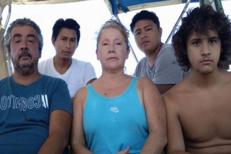 La familia chilena junto a los dos jóvenes guatemaltecos