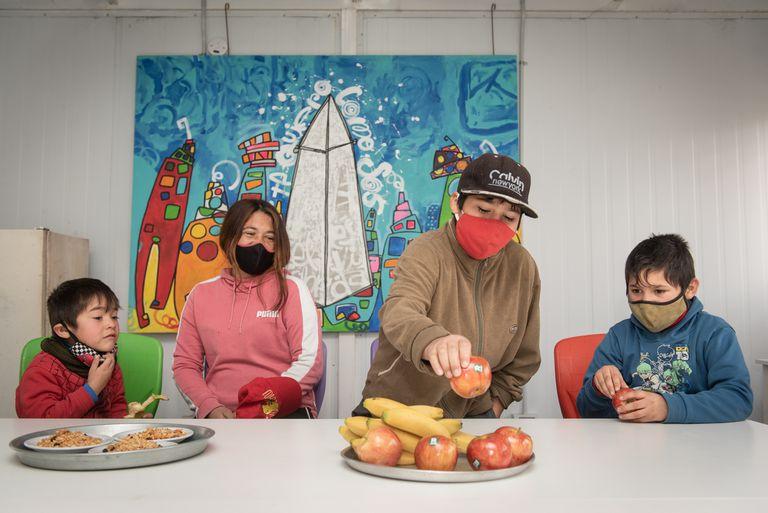 Yanina y sus hijos en la Fundación Los cartoneros y sus chicos, beneficiaria de Banco de Alimentos