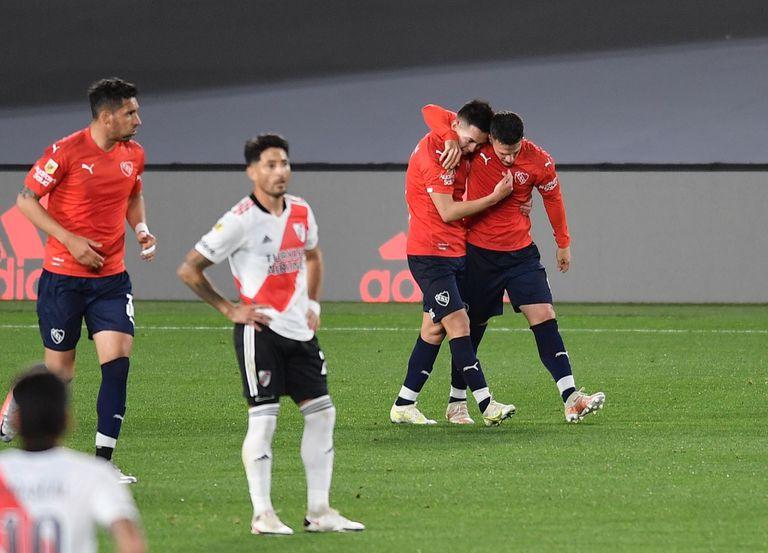 Fabricio Bustos, lateral derecho de Independiente, festeja su gol ante River