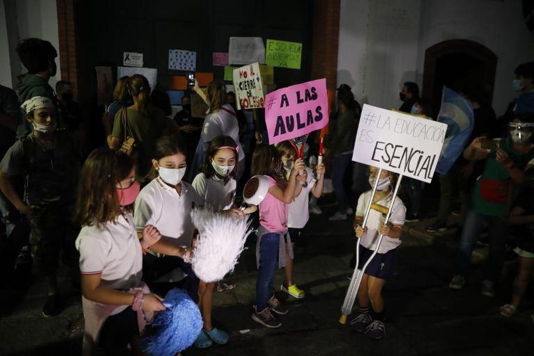 Anoche, frente a la quinta de Olivos, hubo protestas por la continuidad de las clases presenciales