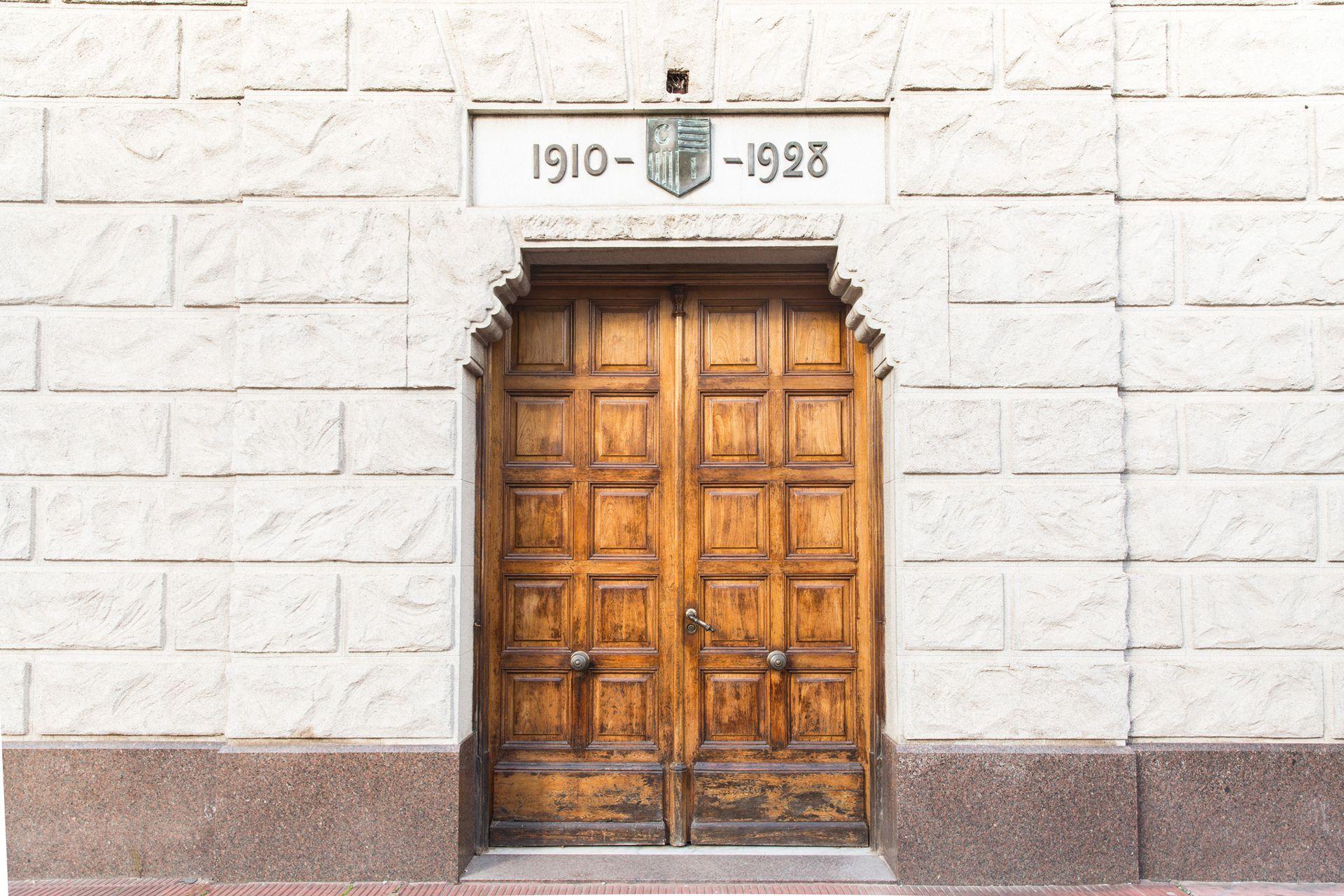 1910-1928: año de fundación e inauguración de la sede actual, respectivamente.