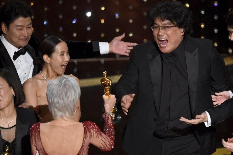 Bong recibe de manos de Jane Fonda el premio a la mejor película