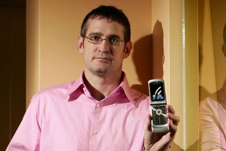 Jim Wicks, jefe de diseño de Motorola, durante una presentación del Razr en 2005, un modelo de celular que llevó a vender 200 millones de unidades en todo el mundo