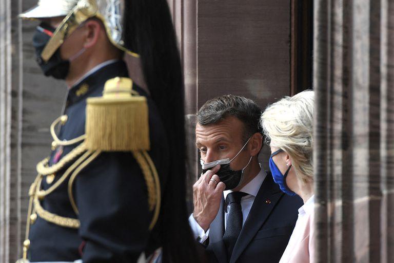 La presidenta de la Comisión Europea, Ursula von der Leyen, y el presidente francés, Emmanuel Macron, durante una ceremonia en Estrasburgo
