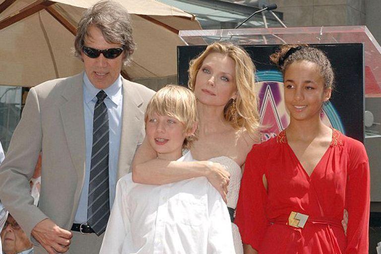 Foto familiar. Michelle Pfeiffer, su marido y sus dos hijos, al recibir su estrella hollywoodense