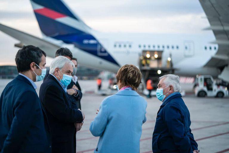 El presidente de Chile, Sebastián Piñera durante una rueda de prensa en el aeropuerto de Santiago de Chile luego de recibir un cargamento de vacunas del laboratorio Sinovac, este domingo 23 de mayo de 2021