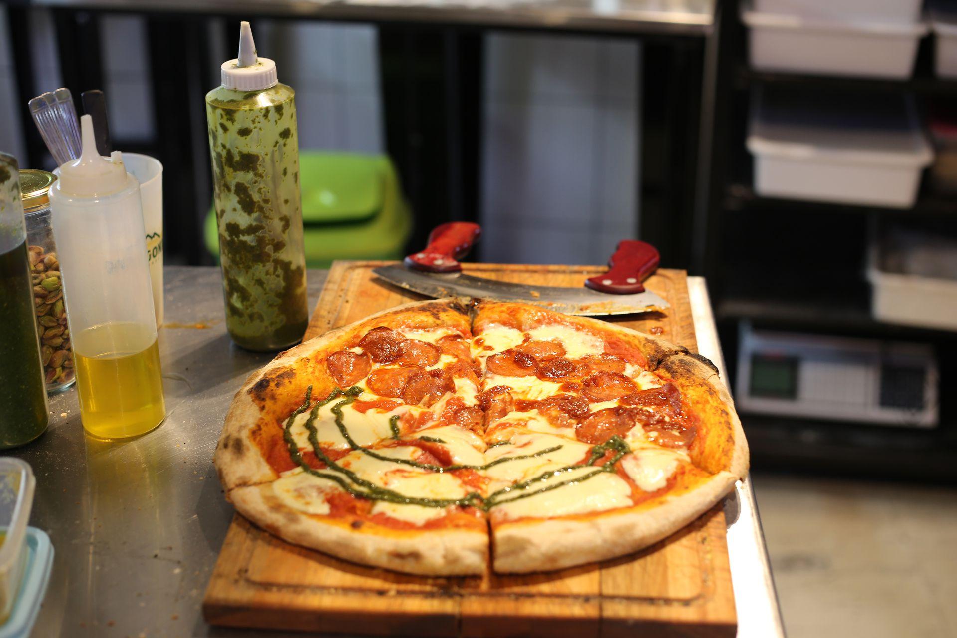 Piccantino seduce con sus pizzas estilo napolitano y romano hechas con masa madre y harina orgánica.