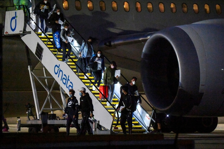 Al menos 47 jugadores fueron enviados a estar en cuarentena por casos de coronavirus en dos vuelos hacia Melbourne.