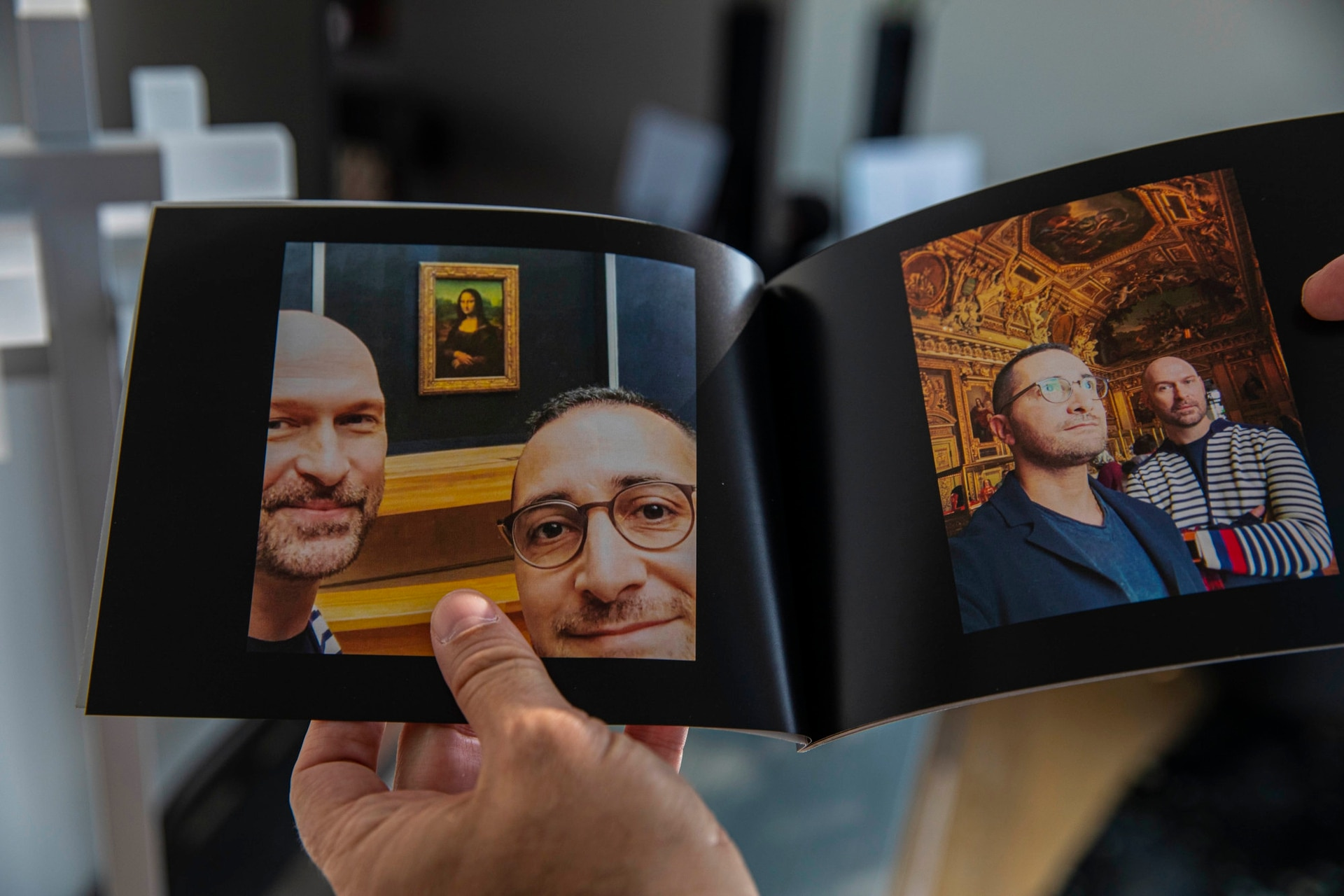 En Estados Unidos, un paciente rescatado de un templo repasa fotos de un viaje a París