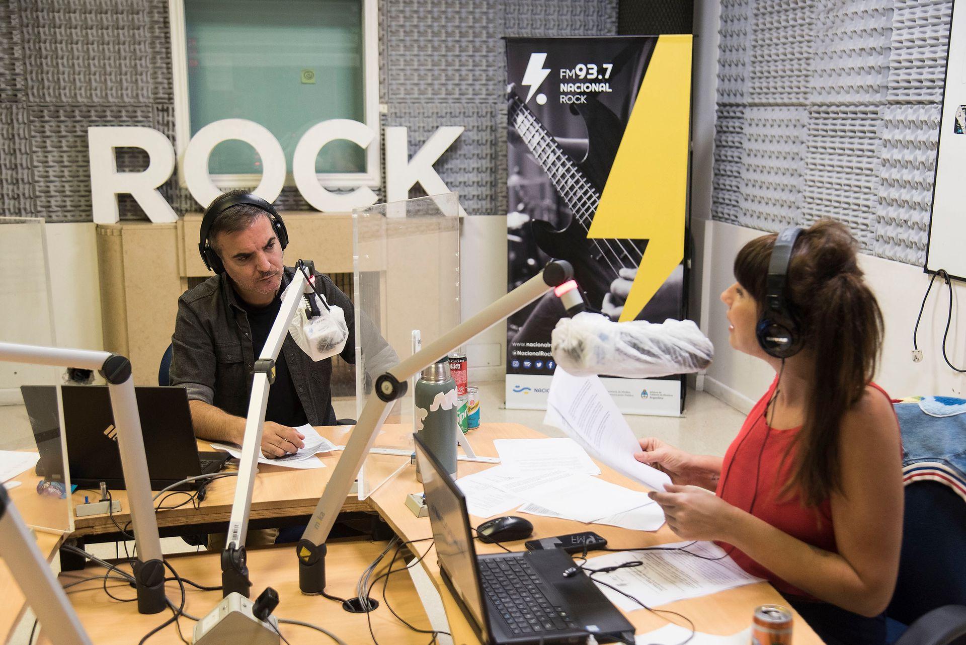 Diego Ripoll y Calu Bonfante en el estudio de Radio Nacional Rock