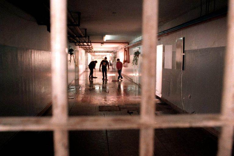 Hasta el momento, los funcionarios nacionales reportaron cerca de 1400 casos confirmados de Covid-19 entre los reclusos y el personal penitenciario.