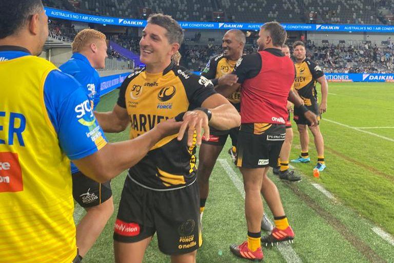 Tomás Cubelli saluda tras la victoria de Western Force, que consiguió un triunfo en el nivel de Súper Rugby luego de tres años y fracción, entre marginado del certamen internacional y derrotas en el australiano.