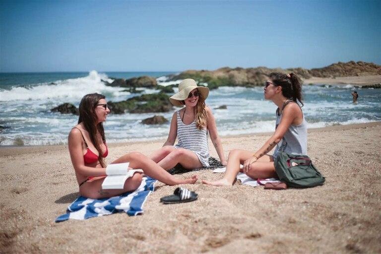 Lucila y Micaela Fernández disfrutan, junto a Mabel Vicente, de una mañana de relax y charla en la costa esteña