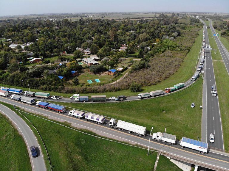 La semana pasada, cientos de camiones en la zona de Timbúes, Villa La Ribera y Puerto General San Martín cargados en su mayoría con maíz. Hubo congestión de tránsito sobre la autopista Rosario-Santa Fe y rutas de ingreso a las terminales y plantas