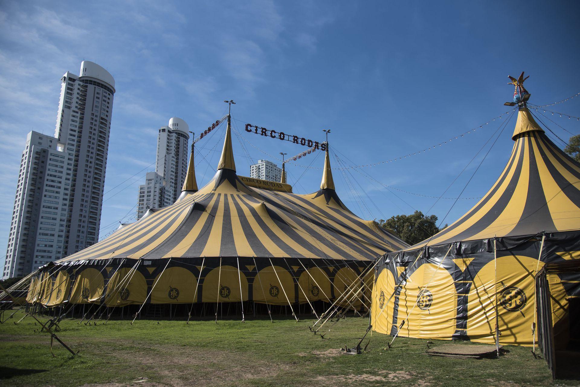 El circo Rodas hoy funciona como un centro de testeos gratuitos frente al Monumento a la Bandera, en Rosario