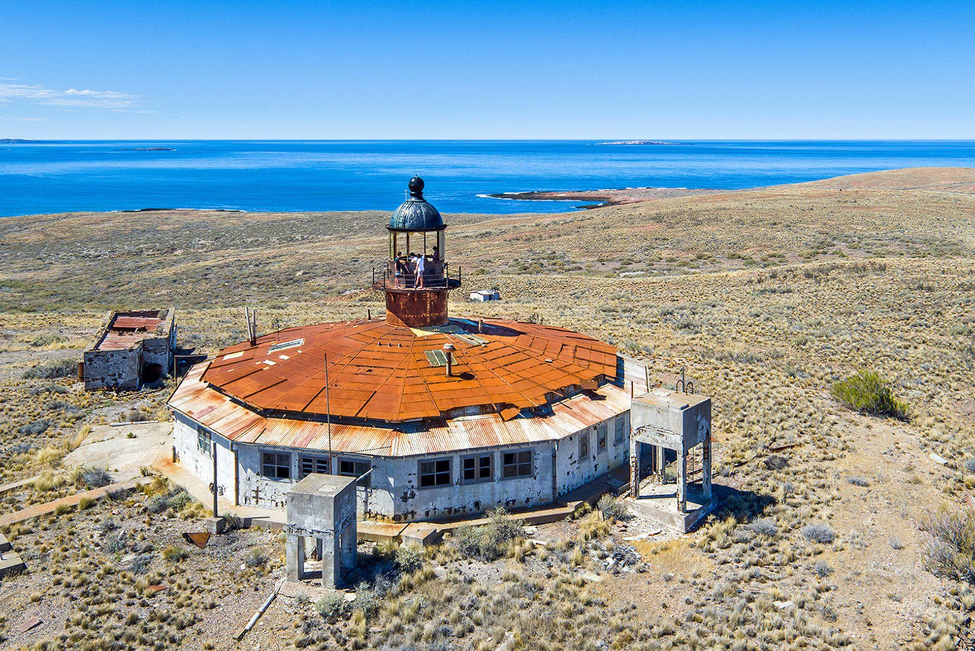 La singular silueta del Faro de Isla Leones, un símbolo del nuevo Parque Nacional Marino Costero Patagonia Austral. Su acceso es muy complicado, y el estado de abandono, avanza.