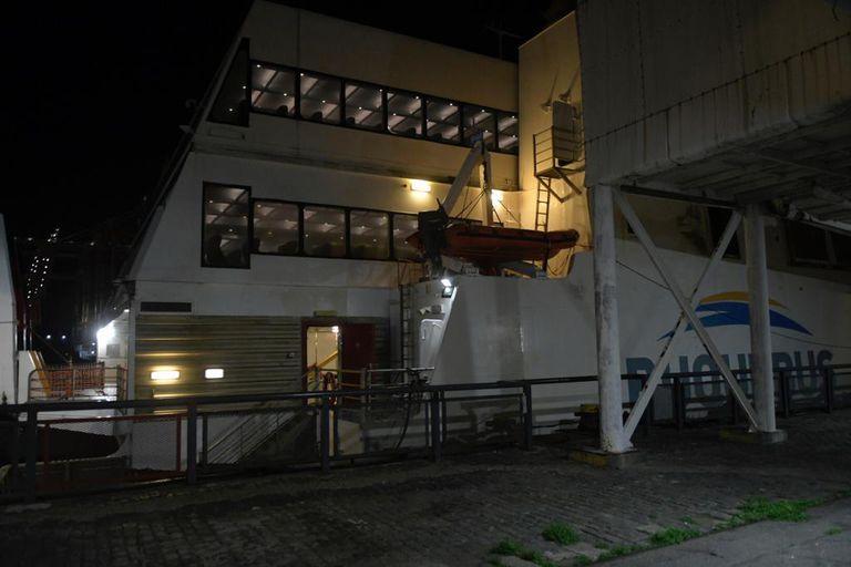 El buque Francisco fue esperado con medidas inéditas de prevención