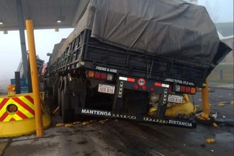 Milagrosamente el trabajador de la cabina del peaje pudo prever la situación y salió de la cabina un instante antes de que el camión la embistiera y salió ileso