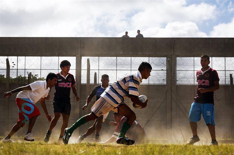 Mientras se construye la nueva cancha, los Espartanos entrenan en El Triángulo, un espacio del penal San Martín