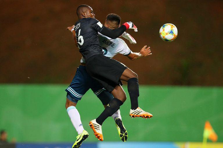 El arquero Ekoi derriba en el aire a Bruno Amione; el árbitro no cobró penal a pesar de la elocuencia de la infracción, que revisó en el monitor de VAR.
