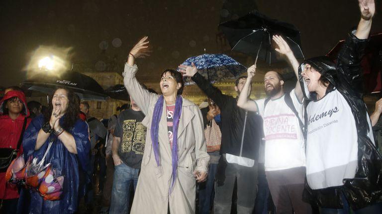 Hubo incidentes durante el desalojo de los gremialistas docentes frente al Congreso