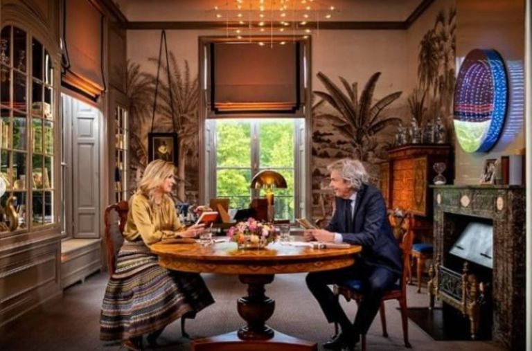 De entre todos los objetos decorativos de la estancia, llama la atención el espejo redondo con luces de led azules a su alrededor.