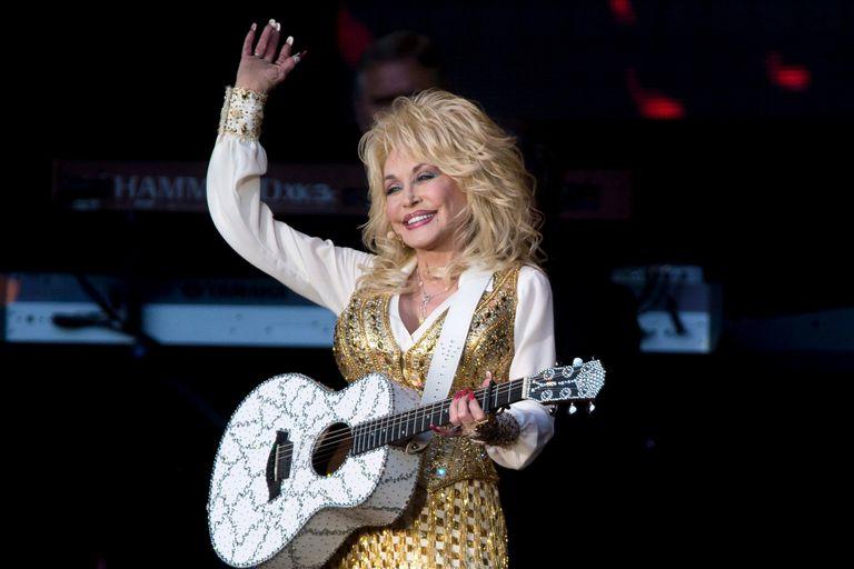 Dolly Parton reversionó uno de sus clásicos para promover la vacunación