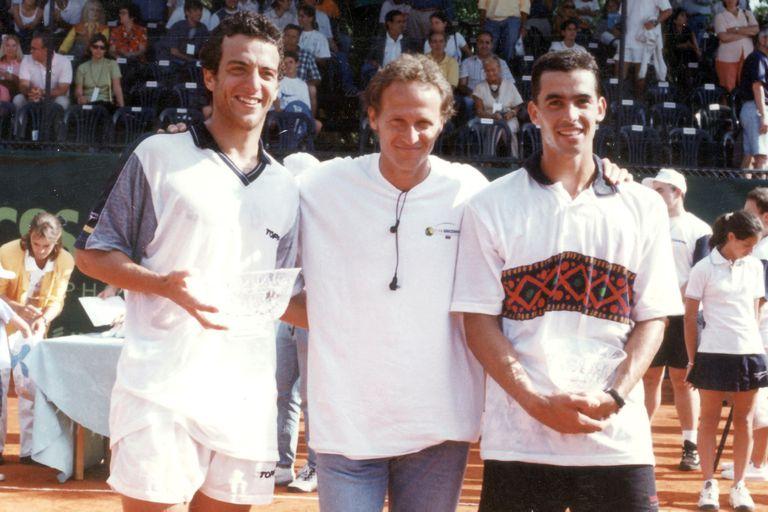 Franco Squillari, ganador de la etapa argentina de la Copa Ericsson 1997, junto con Martín Jaite (director del torneo) y Diego Moyano (finalista).