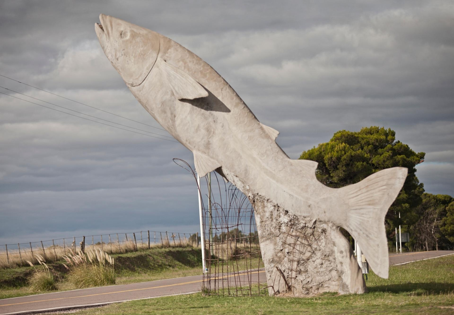 Sobre la RN 33, entre Casbas y Guaminí (provincia de Buenos Aires), la entrada al balneario la enmarcan dos enormes ejemplares de pejerrey. La laguna de Cochicó, que forma parte de Las Encadenadas del Oeste, supo de una abundancia del popular Odontesthes bonariensis.