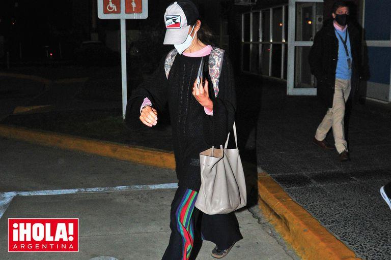 El jueves 26, Juana llegó a Buenos Aires, enmascarada, con un cap, pantalón ancho y sandalias con medias
